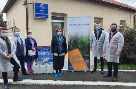 Rotary Hoia a donat 80 de litri de soluție dezinfectanta si o lampă de dezinfecție Centrului de Îngrijire și Asistență