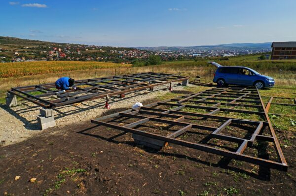Doi tineri au construit la Cluj o casa pe roti cu doar 23.000 euro. Vezi cum arata!