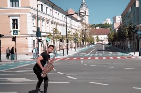 Cu saxofonul pe skateboard la Cluj! VIDEO
